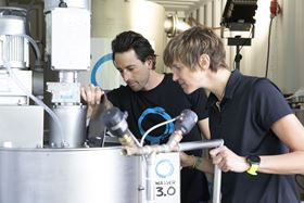 For water without microplastics and micropollutants: Research at Wasser 3.0. Left: Dennis Schober, Innovation & Transfer, right: Dr. Katrin Schuhen, inventor & managing director. (image: Wasser 3.0)