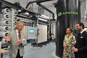 Left to right: Apateq CTO Ulrich Bäuerle, shows the technology to HRH Viktoria, Crown Princess of Sweden and HRH Prince Félix of Luxembourg, at the inauguration of the plant.