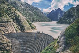 The Kraftwerke Oberhasli AG power plant (KWO) can generate energy on demand at any time using water dammed in the Grimselsee, 1909 m above sea level. (Image: Shutterstock)